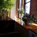 癒庵 - テーブル席そばには花が飾られてました