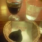 にんにく屋 五右衛門 - 上:グラスワイン。下:デザートのフィナンシェ。いずれもにんにくは入っていませんが、ワインにはニンニク入りのものもメニューにありました(!)