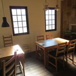 カフェ アンジー - こちらはテーブル席。