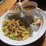 カフェ アンジー - 自分はセットメニューのフォジリのブロッコリークリームソース(950円)サラダ、スープ、プチガトーのついたワンプレートディッシュです。