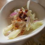 カフェ アンジー - サラダはワルドアというニューヨーク発の物だそうです。リンゴなどが使われています。