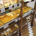 パン工房ぽけっと - 棚には1g2円の「ミニミニ菓子パン」が並んでます。