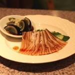 中国四川料理 梅香 - 三種冷菜盛り合せ (豚耳の香り醤油煮 と ピータン)