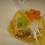 焼き鳥 黒てんぐ - 【お通し】鮭と白菜をミルフィーユ仕立てにしている