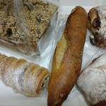 24294156 - コルネット・マカダミアナッツとグリーンオリーブ・生姜とはちみつのフランスパン・くるみとクランベリーのリュスティック・シュロットブロート