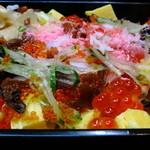 立ち喰い寿司 弁慶 - ちらし600円ながら彩り鮮やか