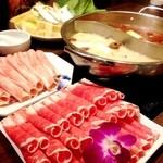 小肥羊 - 晩御飯は、中国薬膳火鍋!(^ー^)ノ辛い鍋の方は小辛にしたのですが、ちと麻辣が強い感じ。 実は麻辣が強いの苦手なんです(^◇^