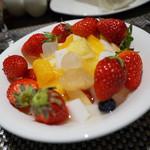 ロビーラウンジ 「マーブルラウンジ」 - フルーツサラダ(フルーツポンチ)にイチゴをたっぷりのせてみた。