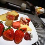 ロビーラウンジ 「マーブルラウンジ」 - まずは一皿。イチゴたっぷり。
