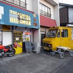 ビッグスマイル - 活かしたバイクと移動販売車がかっこ良く店の外観を飾っていました。