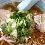 道八 - さっぱりした醤油スープ、細麺、煮豚、葱多め、こりゃあ旨いです