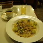 セキ珈琲館 - パスタとコーヒーを同時にとオーダー、りんごジュースはサービスです