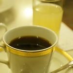 セキ珈琲館 - コーヒーと、サービスのりんごジュース、高価そうなカップです