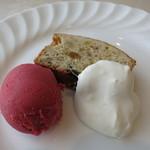 24314729 - デザートは木いちごのソルベとパウンドケーキ