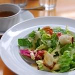 24319026 - ランチのサラダとスープ