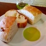 ボッチ デ ビッラ - 鶏もも肉とレンコンのクリームソースパスタ(850円)サラダ・パン付