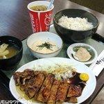 炭焼ぶた丼 豚郎 - レディースセット ¥880 一日50食限定。男性もオーダー可。