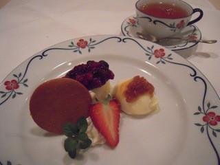 ALLT GOTT - 北欧のベリーソースをたっぷりかけたチーズケーキとアイス、ペッパコッカ
