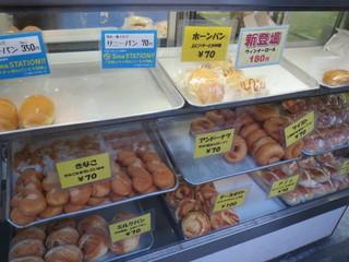 シロヤベーカリー 黒崎店 - ショーケース。サニーパンは補充する間もなく、出来上がったものが買われて行きます