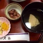 和食処 大藤 - がばい丼のお漬け物、煮豆、お吸い物。