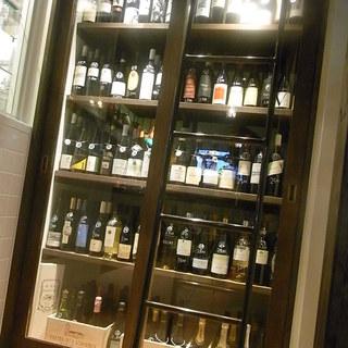 オーナーソムリエ厳選のワインが並ぶワインセラー