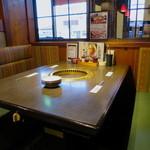 焼肉飯店 長春 - ボックス席主体のアジア風の空間
