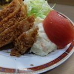 幸楽 - ポテトサラダと皮の剥かれたトマト