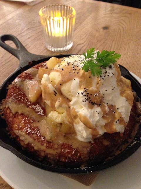ビブバール グランフロント大阪店 - キャラメルリンゴと紅茶のアングレーズソースパンケーキ