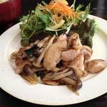 マルニカフェ - 鶏ときのこの中華風ゆずこしょう炒め