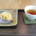 和菓子舗 鮹松月 - まず、店頭のショーケースから好きな和菓子を選びます(105円~135円)。席に着いて待ってると、店員さんが お盆に載せたお茶と和菓子のセットを持ってきてくれます。