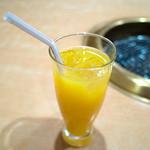 ドライブイン鳥 - 「オレンジジュース 100%」(230円)。
