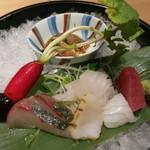 神の水 - お刺身は醤油か梅酢で頂く。胡麻鯖があるのが嬉しい。