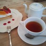24348165 - 紅茶はポットでのサーブで、2杯分の量があります。ゆっくりしたい場合は、コーヒーより断然お得