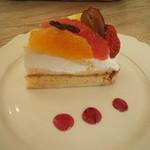 24348172 - 甘めのラズベリーソースが添えられており、甘酸っぱい味がクリームに合います。