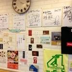 台風ギャング - 店内にはたくさんサインが飾られています。