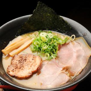 柔らかチャーシューと中細麺が濃厚スープにベストマッチ