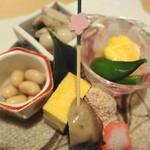 菜の花 - 8寸  ダイズ・玉子・牡蠣のしぐれ煮・鱈の子の煮物・海老・キノコ・自家製こんにゃく
