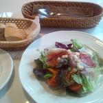 24356302 - サラダとパン