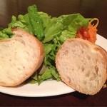 ビルボケ - ステーキについてくるバゲットとサラダ