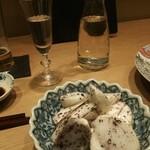 麓 - 蕪の自家製ゆかり和え バックは長野の日本酒「佐久の花」