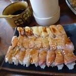 十円寿し - 煮詰めたタレのツメをハケで自分でお寿司に塗ります
