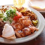 エルパンチョ - ミックスタコス。チキン、ポーク、ビーフ、アボカド等数種類の野菜が一盛りで!みんなでシェアーOK!いろいろな味が楽しめます!