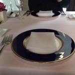 リストランテ ベツジン - 席にかけると、メニュー表に目を通します。お皿もピカピカです