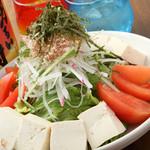 旬菜酒房 楽 - クリーミーなゴマダレの『トマトと豆腐の胡麻ダレサラダ』