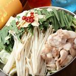旬菜酒房 楽 - じゅっと旨味はじける牛モツ、6種類のスープが選べる『もつ鍋』