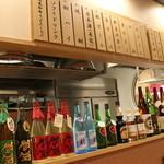 勘助 - お酒がたくさん並んだ明るい店内。お好きなお酒をご注文ください!