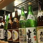 勘助 - 店主おすすめの日本酒がいっぱい!お好きな1杯をおでんと一緒にどうぞ。