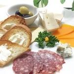 アパッチ - カマンベール、ミモレット、ブルーチーズ、サラミ、クリームチーズ、自家製スモークチーズ!