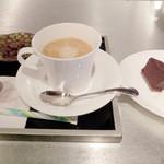 桃組 - コーヒーの左奥にも,販売している「かわむらの甘納豆」が添えられて,意外と合う
