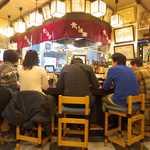 食い道楽 - かまくら祭りの日、店内は満員中の満員。ほとんどのお客さんが焼きそばをむさぼる